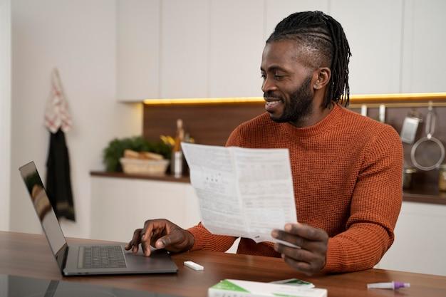 Мужчина читает инструкцию к тесту на covid дома