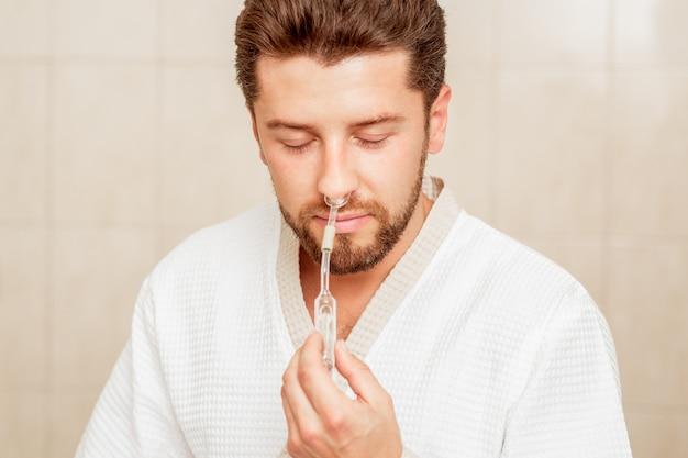 Человек получает вдыхание через нос