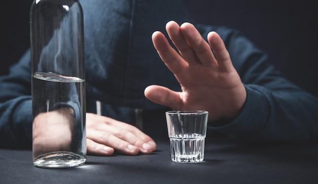 Мужчина отказывается употреблять алкоголь. стоп
