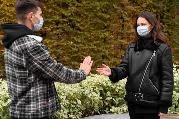 屋外で握手を拒否する男