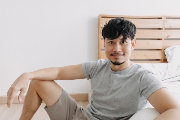 Мужчина отдыхает в своей квартире, находясь на карантине, оставаясь дома
