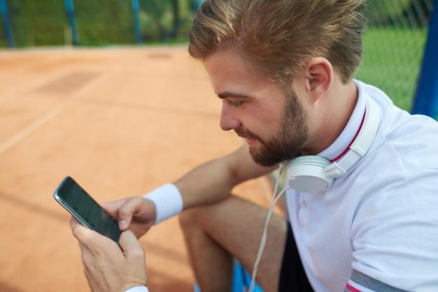 テニスの試合後にリラックスした男