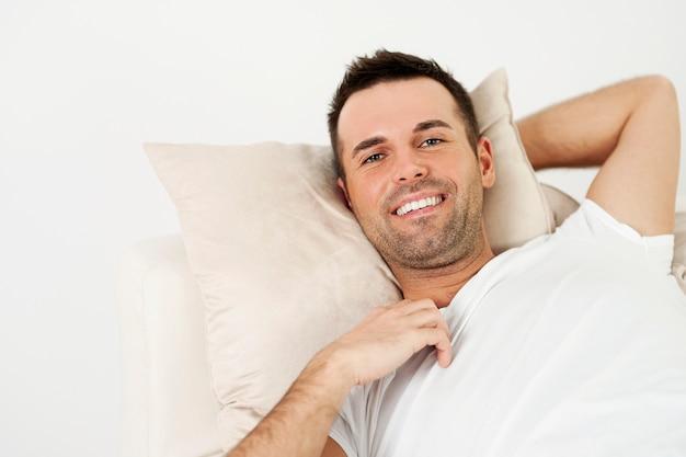 L'uomo in un momento di relax a casa