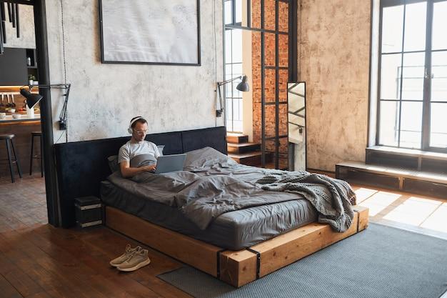 침대 와이드 앵글에서 편안한 남자