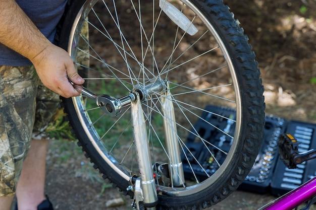 작업 과정에서 자전거를 수리하는 남자