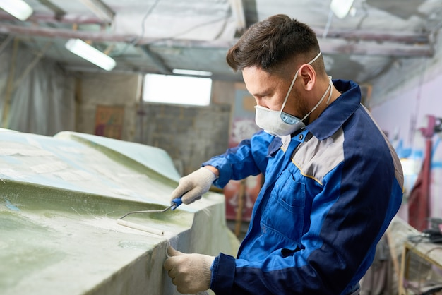 Человек, ремонт моторной лодки