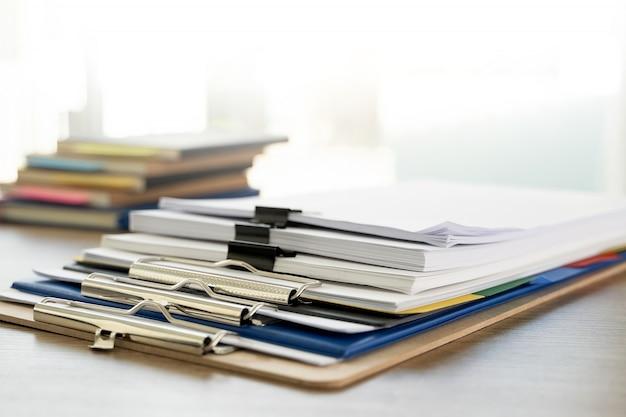 男レポートスタック紙フォルダーを上に紙の法的書類とオフィス作業文書の積み重ねを閉じる