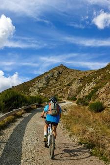 山で自転車スポーツ旅行に乗る男