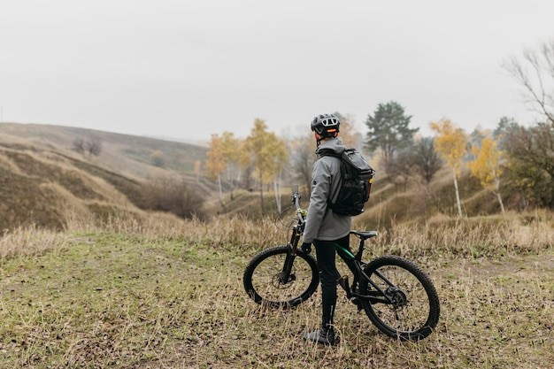 山道で自転車に乗る男