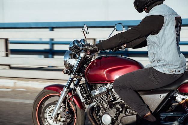 街でバイクに乗る男