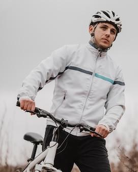 Человек катается на горном велосипеде в специальном оборудовании