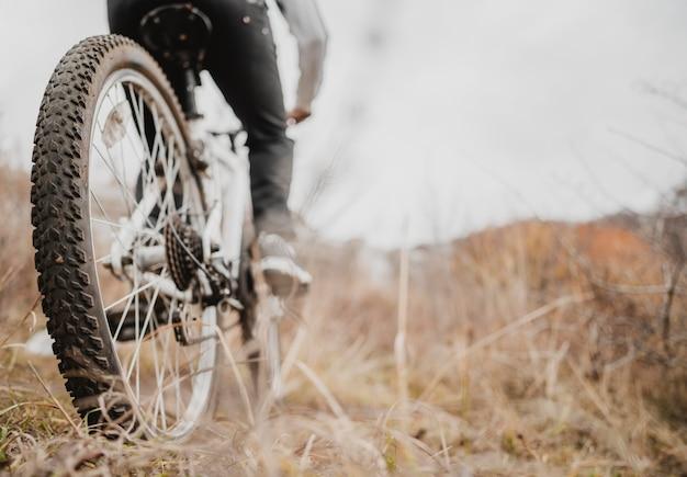 Человек, едущий на горном велосипеде с копией пространства