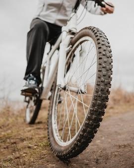 Человек на горном велосипеде