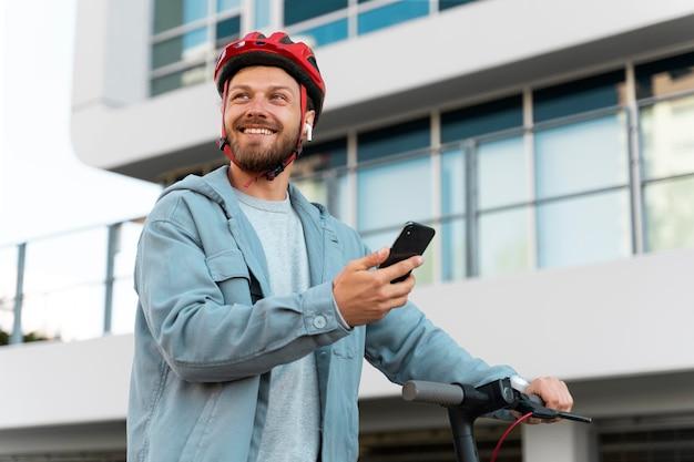 Человек катается на экологически чистом скутере в городе