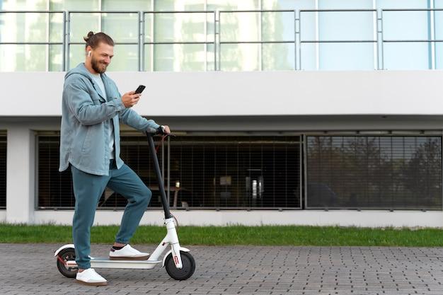 Человек катается на экологически чистом скутере