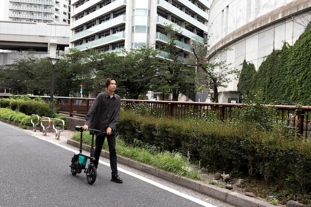 Uomo in bicicletta in città