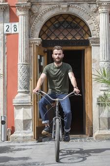 Человек, едущий на велосипеде перед дверью
