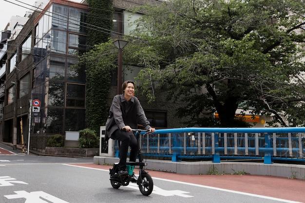 Человек, езда на велосипеде в городе