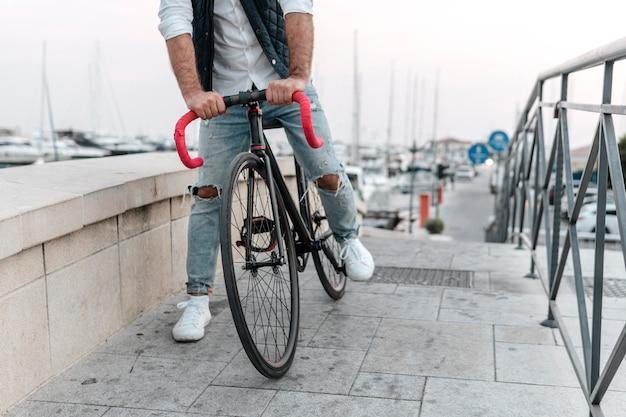 Uomo in sella a una bicicletta in città