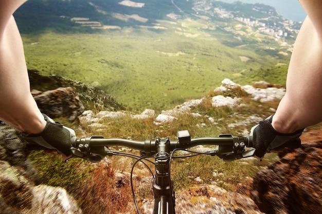 Человек, едущий на велосипеде в горах