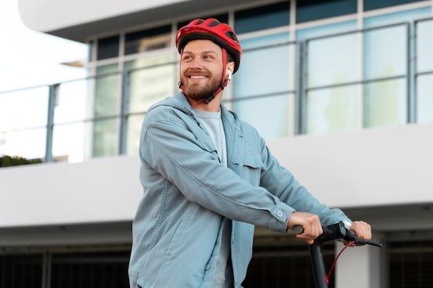 Uomo che guida uno scooter ecologico eco