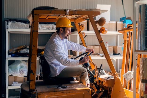 フォークリフトに乗る男。頭のヘルメットに。収納インテリア。