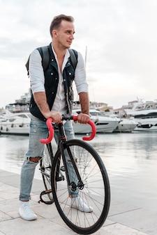 Человек катается на велосипеде рядом с озером