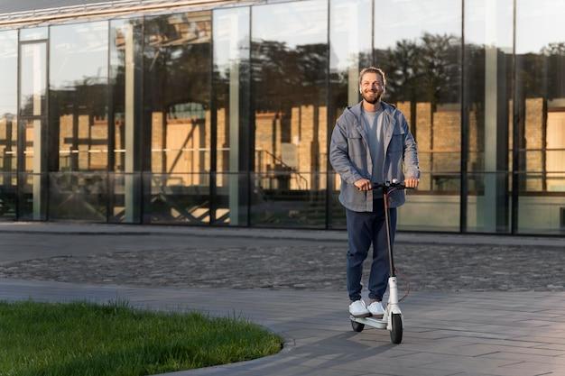 Человек катается на скутере в течение дня