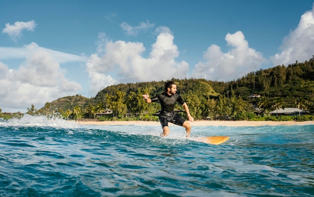 Человек катается на доске для серфинга и хорошо проводит время горизонтальный снимок