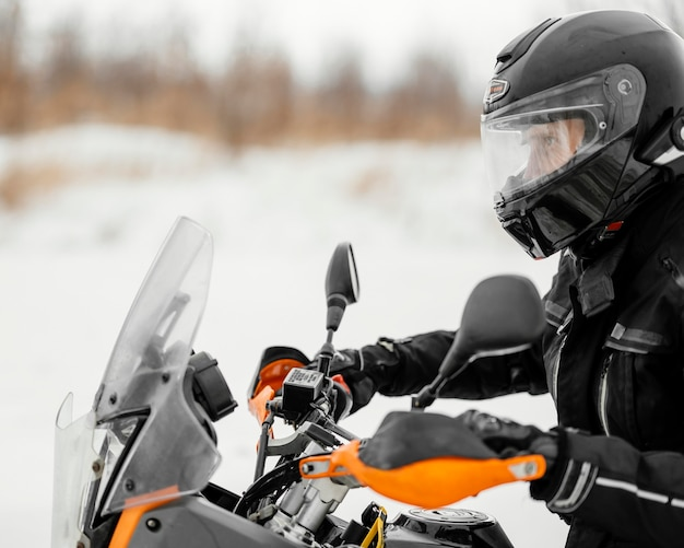겨울 날에 오토바이를 타는 남자