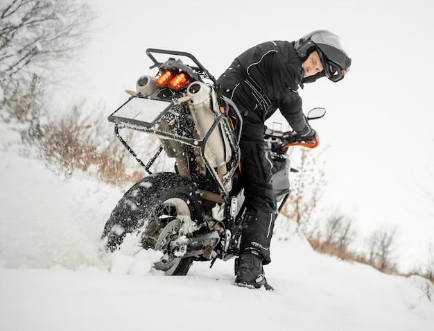 冬の日にバイクに乗る男
