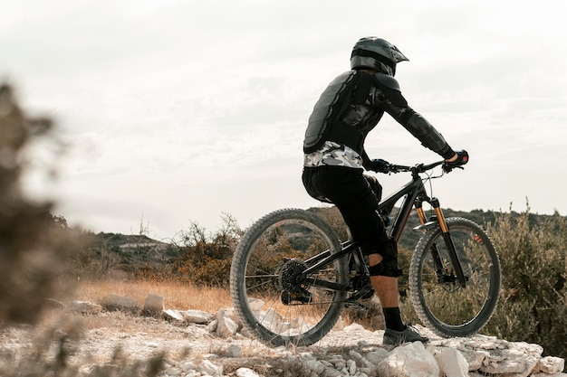 Uomo in sella a una mountain bike