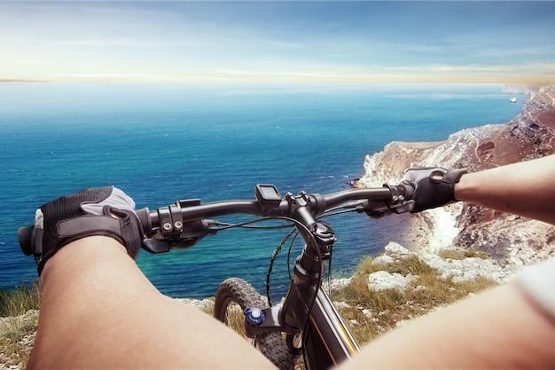 Человек, едущий на велосипеде против моря