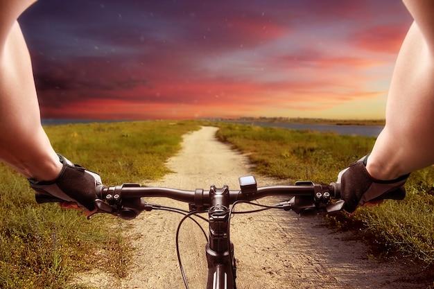 Человек, едущий на велосипеде на закате