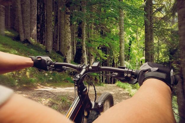 Человек, едущий на велосипеде в лесу