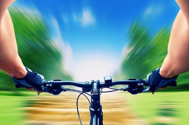 Человек едет на велосипеде очень быстро, размытость изображения
