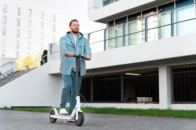 Uomo in sella a uno scooter all'aperto