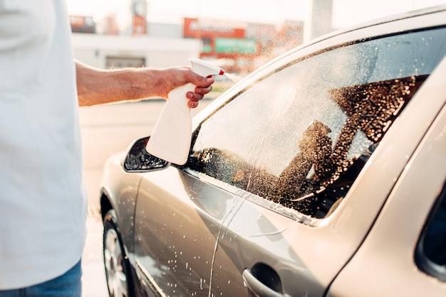 車磨きで車をこすり男