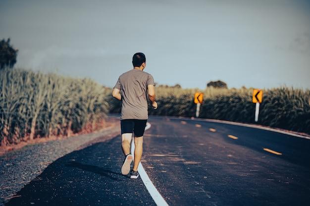 건강으로 가는 길에 남자 주자 운동선수, 거리에서 운동을 하는 젊은이들