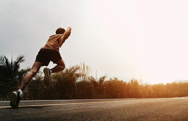 Бегущий человек начинает бегать по дороге