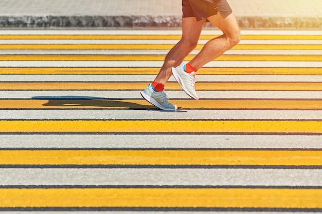 Человек, бегущий по пешеходному переходу, копией пространства