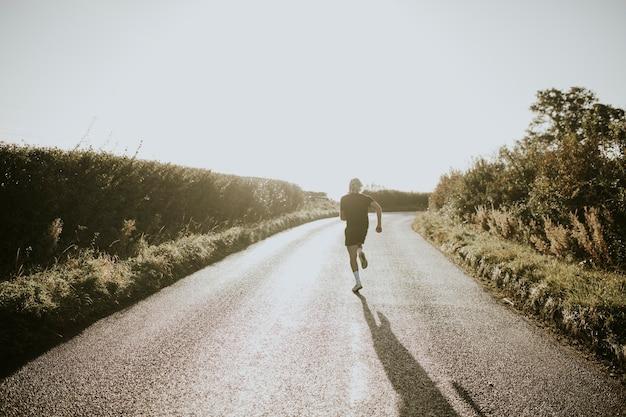 夕焼けリアビューで田舎を走っている男