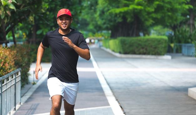 都市を走っている男