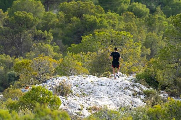 山の中を走っている男。