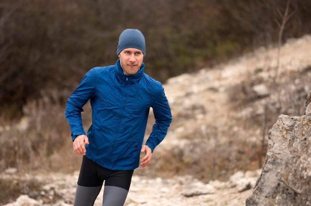 Uomo che corre sul sentiero in natura