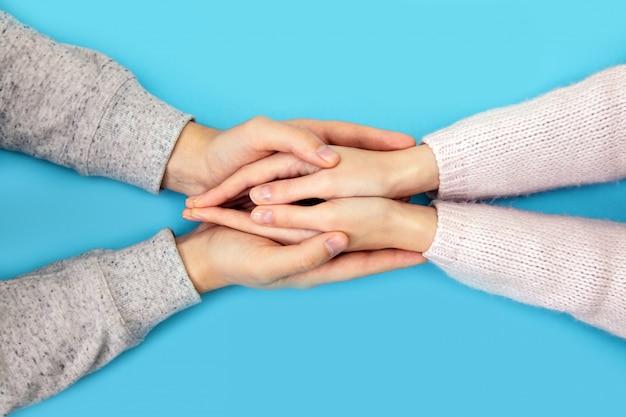 男と女の手は青の結婚指輪とボックスを保ちます。
