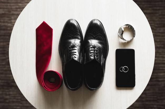 남성의 클래식 신발, 넥타이, 시계 및 결혼 반지