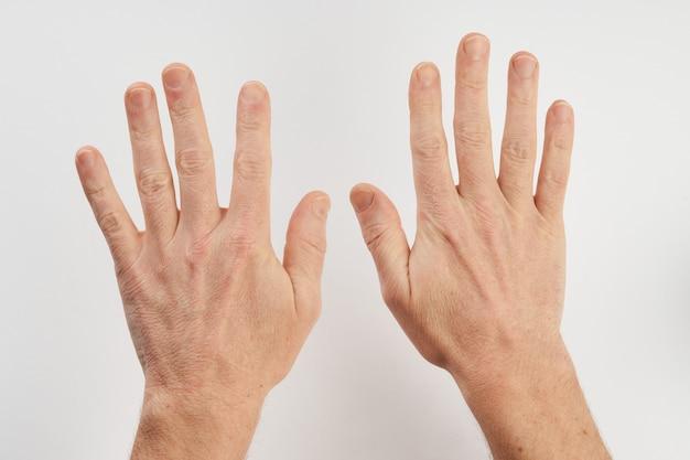 コピースペースで白い背景に分離された男のきれいな手。