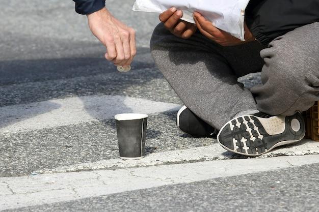 男の手は貧しい人に施しを与える