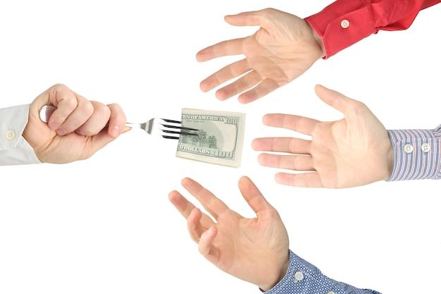 Рука человека раздает долларовые купюры другим людям.